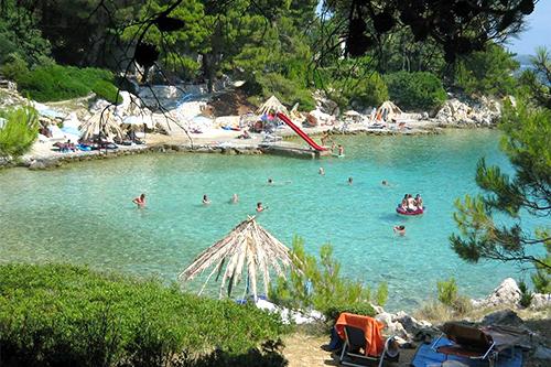 https://www.valamar.com/cmsmedia/objekti/rab/ResortSuhaPunta/topici/beach_pool_wellness/suha-punta-hotel-residence-kandarola-naturist-beach-01-mid.jpg